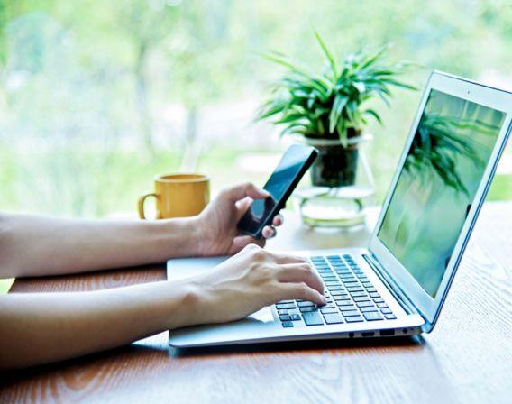 En person som bruker en datamaskin