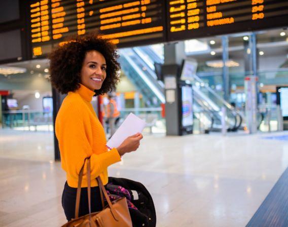 Dame på flyplassen