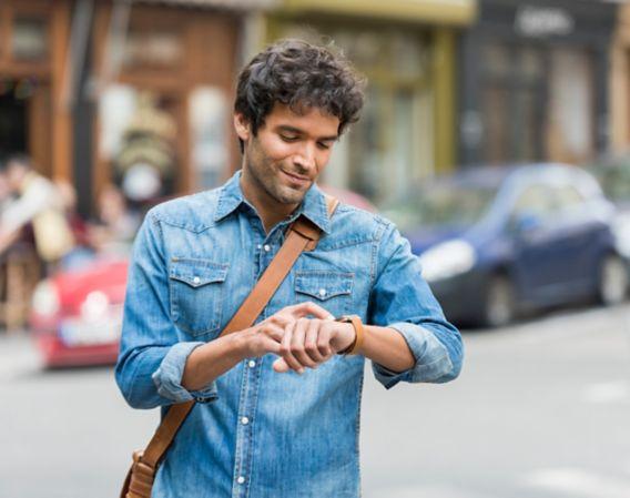 Mann ser på sin egen klokke