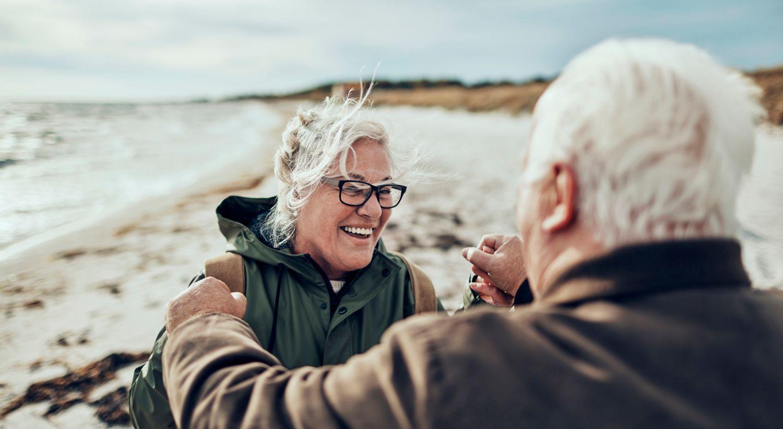 Eldre par på stranda