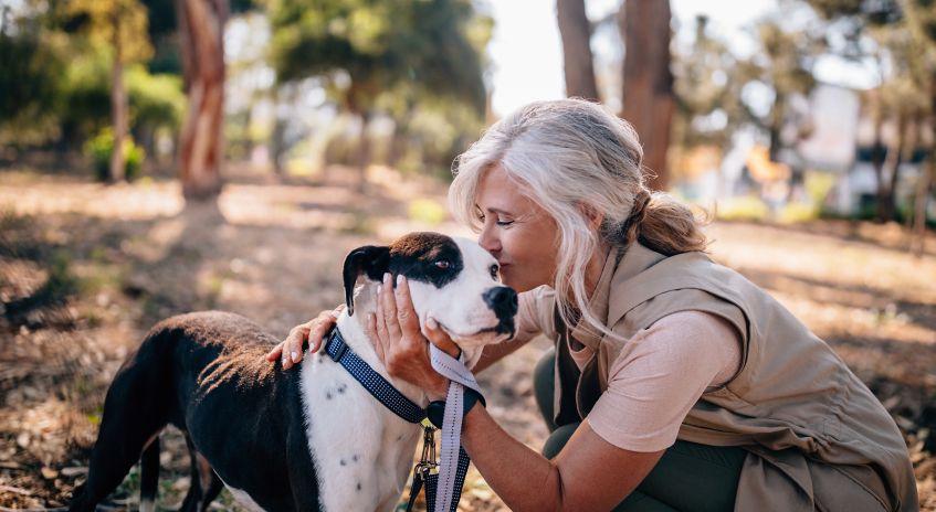 Kvinne med hund i skogen
