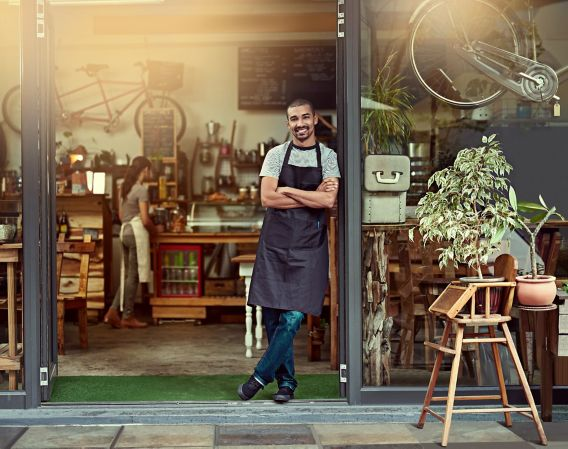 Mann foran kaffebar