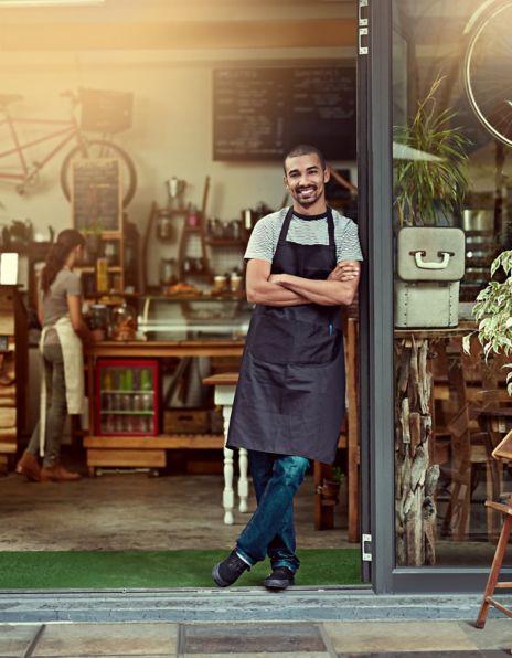 Mann står foran en kaffebar