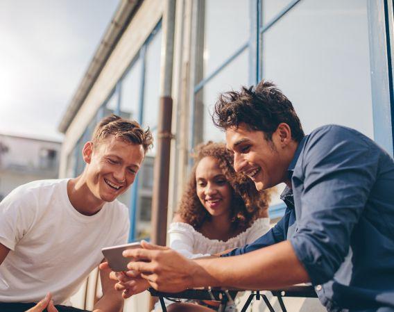 Unge mennesker med mobil