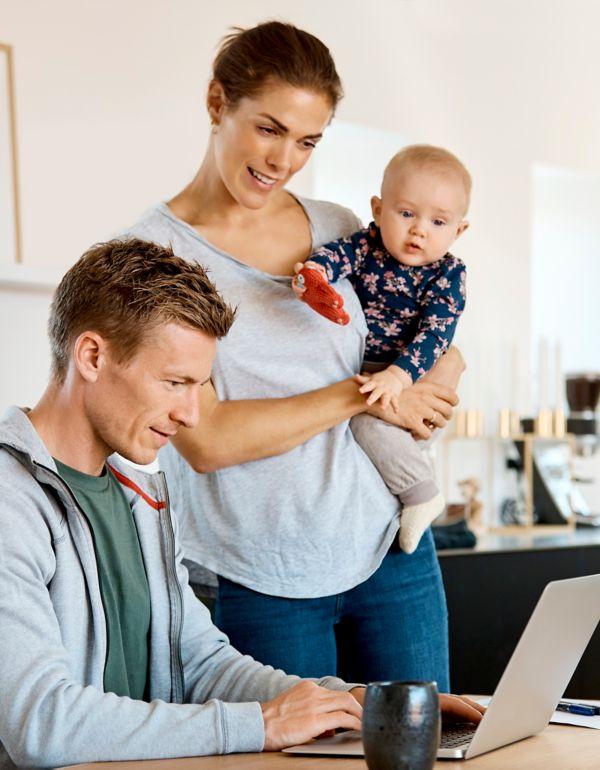 Ung familie ved laptop