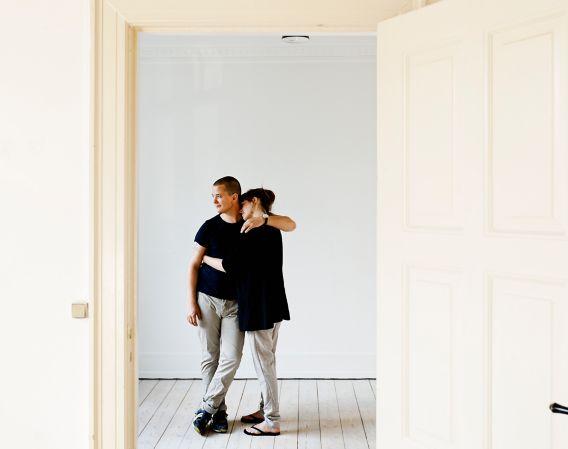 Ungt par kjøper leilighet