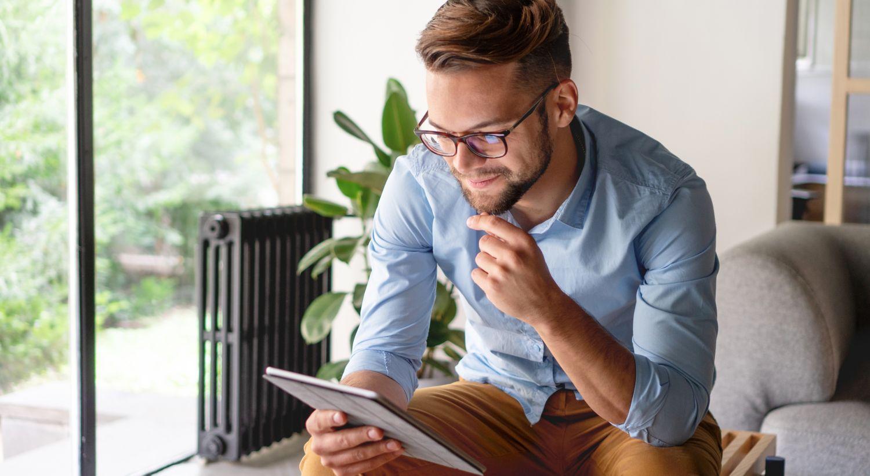 Mann leser på ipad