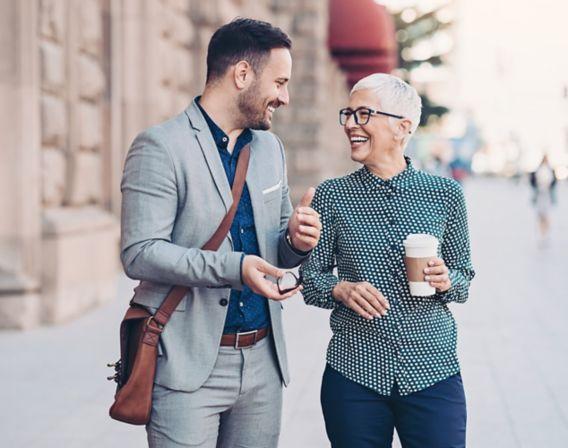 Mann og kvinne som ler sammen
