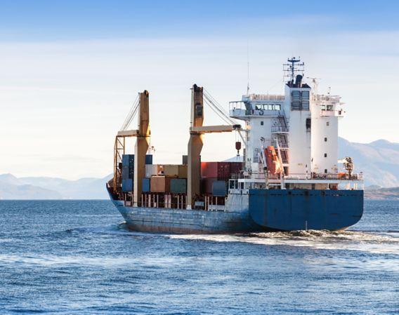 Bilde av et lasteskip på havet