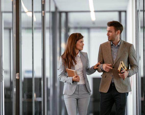 mann og kvinne prater med bok i hånden