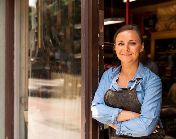 Kvinne som smiler på jobb