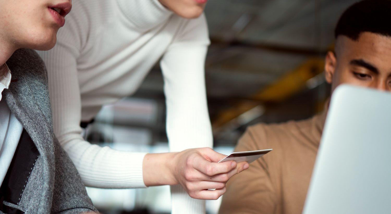 Bilde av en person som holder et bankkort