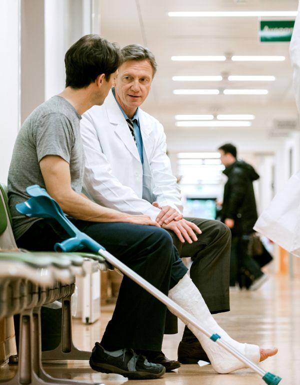 Mann snakker med lege