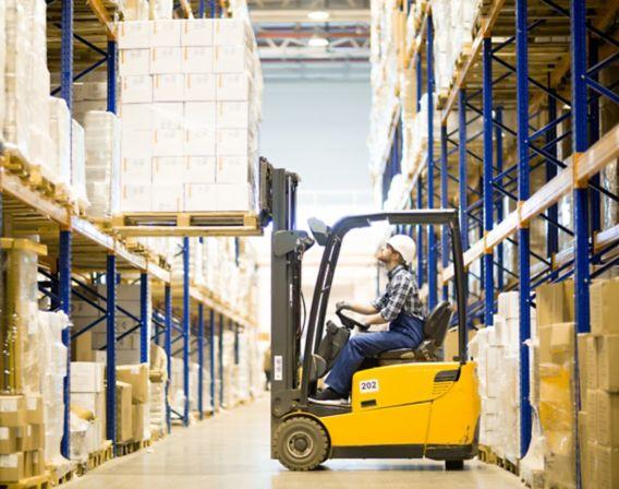 Bilde av mann som jobber på et lager med en gaffeltruck