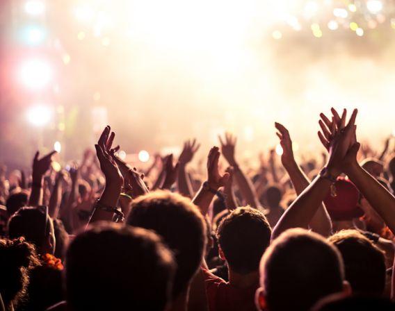 Mennesker samlet på konsert klapper i hendene