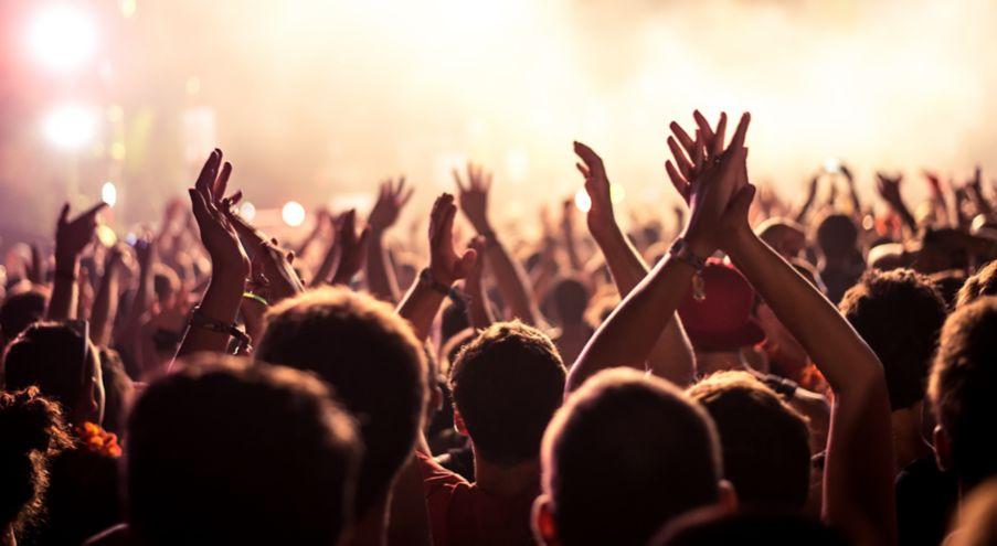 Mennesker på festival klapper i hendene