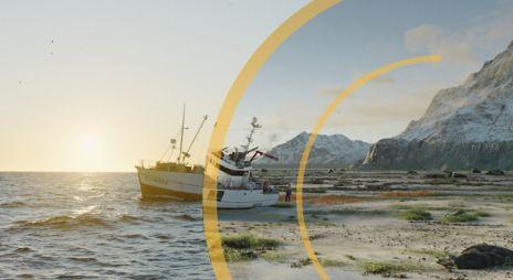 Bilde av båt strandet ved havkanten