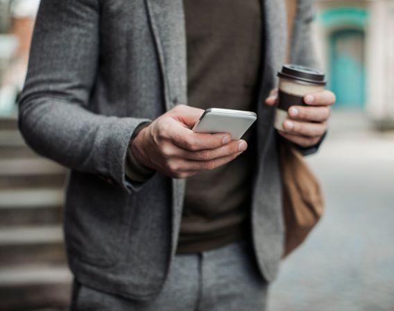 Forretningsmann bruker mobiltelefon
