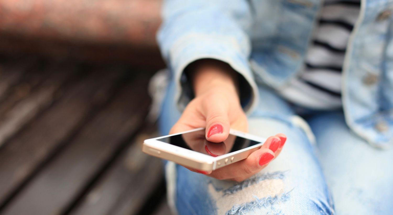 Jente bruker mobil